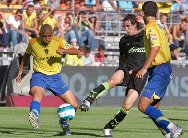 Robert Pires (kesk.) taistelee pallosta Juan Jose Bezaresin ja Cesar Canedan kanssa vain hetkeä ennen loukkaantumistaan.