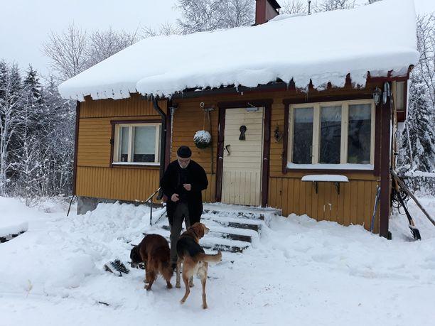 Juhani Yliruusin koirat Alpi ja Igor eivät ymmärrä kaivoksista mitään, mutta hoitavat vahtikoiran tehtäväänsä tehokkaasti.
