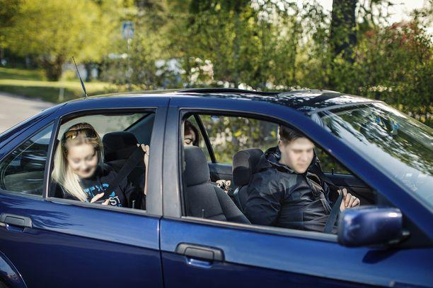 Joskus turvavyötä ei käytetä, koska ei haluta epäillä kuskin ajotaitoa. (KUVITUSKUVA).