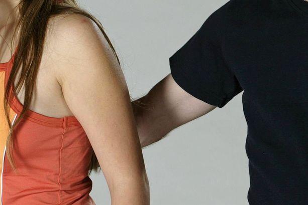 Naapurin mies ehdotteli ja kosketteli teinityttöä Espoossa, mutta väitetyistä rivoista eleistä häntä ei tuomittu. Kuvituskuva.