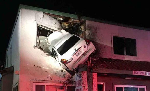 Kuljettaja menetti autonsa hallinnan törmättyään keskikorokkeeseen.