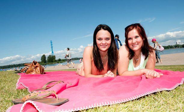 Nokialaiset Tiina Soininen ja Anniina Vuorenmaa nauttivat rantaelämästä Helsingissä.
