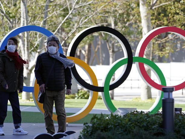 Tokiossa ihmiset kävelevät maskit kasvoillaan, mutta kisajärjestelyt jatkuvat suunnitelmien mukaan.