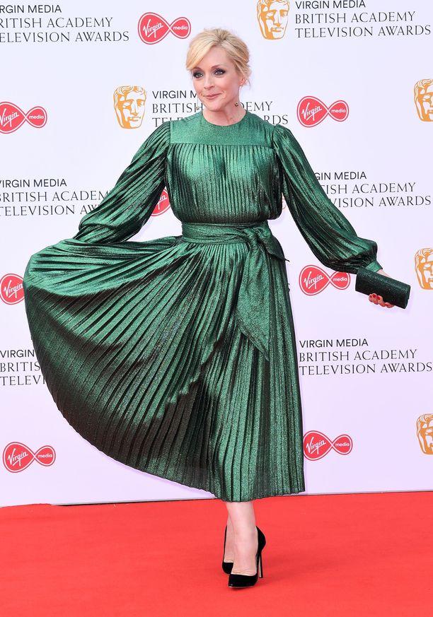 Jane Krakowski luotti pliseerattuun kimaltavan vihreään mekkoon, joka paljasti nilkat.
