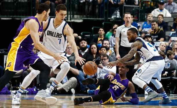 Los Angeles Lakers romahti kotiparketilla.