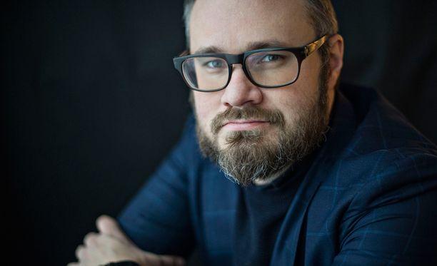 Tuomas Enbusken mielestä punk on Suomessa jo krematoitu, ja sen tuhkat on ripoteltu Hesen triplasipulilihapekonihampurilaiselle.