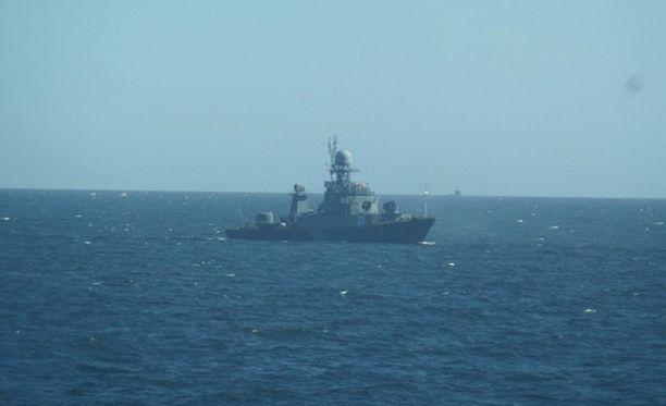 Sukellusvene näkyy horisontissa.