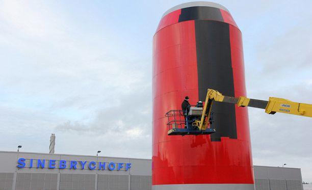Sinebrychoffin tehtaan vieressä Keravalla oleva 14-metrinen tölkki peitettiin 18.12.2014. Vuoden 2015 alussa voimaan astunut alkoholilaki kielsi julkisella paikalla tapahtuvan alkoholimainonnan.