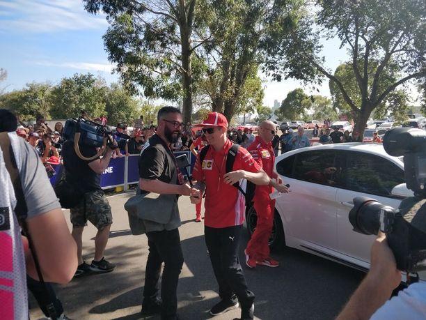Räikkönen sai hetkeä myöhemmin kameran omiin käsiinsä.
