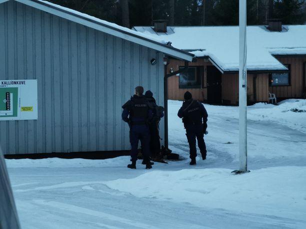 Paikalle tuli useita poliisipartioita.