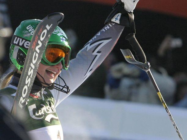 Tanja Poutiainen-Rinne, tuolloin pelkkä Poutiainen, juhli Levillä voittoa vuonna 2004.