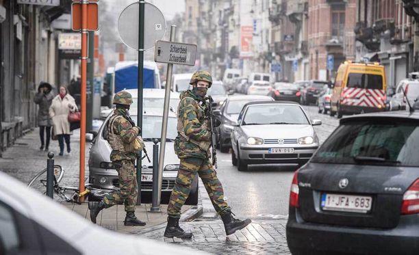Brysselissä sotilaat partioivat kaduilla terrori-iskujen jälkeisenä päivänä.