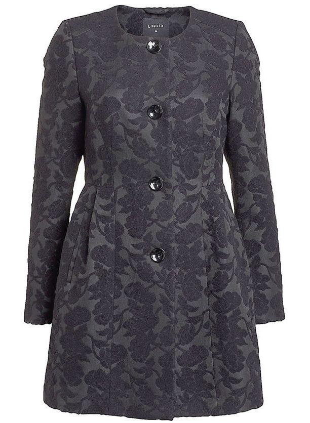 Tyköistuva takki korostaa naisellisia kurveja. 79,95 €, Lindex