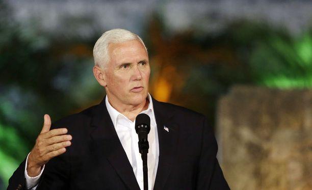 Mike Pence kommentoi Virginian tapahtumia vierailullaan Kolumbiassa.