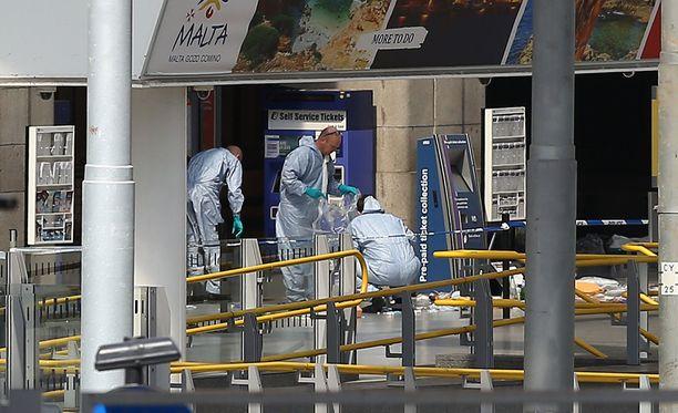 Poliisit tutkivat räjähdyksen jälkiä Manchester Arenalla.
