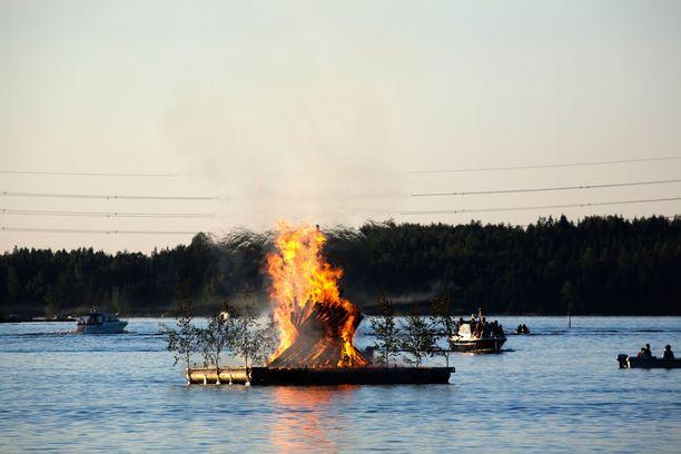 Juhannuskokot syttyvät kaupungeissakin. Kuvan kokko roihuaa Lappeenrannassa.