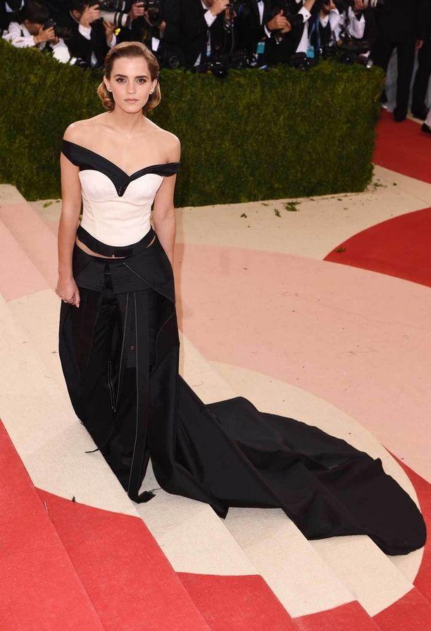Emma Watson puku korsettimaisen yläosan Met-gaalaan.