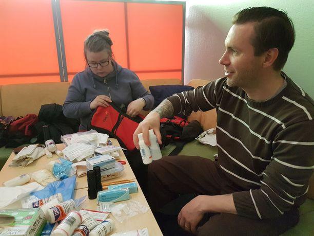 Kotka-Kymin seurakunnan Mikko Kiri ja Taru Spännäri pakkaavat varusteita ennen nuorten pariin lähtöä.