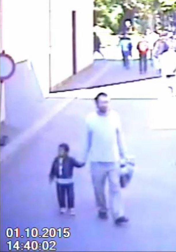 Turvakameran videolla näkyy, miten sieppaaja käveli käsi kädessä Mohamedin kanssa.