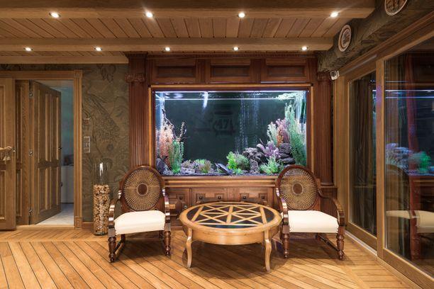 Lähes seitsemän miljoonan arvoisessa kulosaarelaiskodissa huoneet on viimeistelty erilaisia yksityiskohtia myöten.