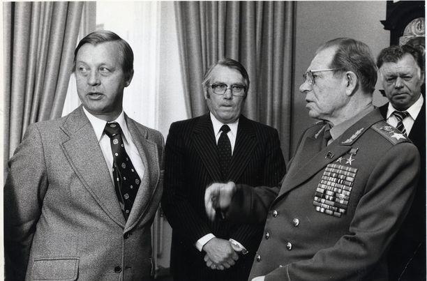 Vuonna 1978 pääministeri Kalevi Sorsa tapasi marsalkka Dmitri Ustinovin, joka painosti Suomea yhteisiin sotaharjoituksiin Neuvostoliiton kanssa.