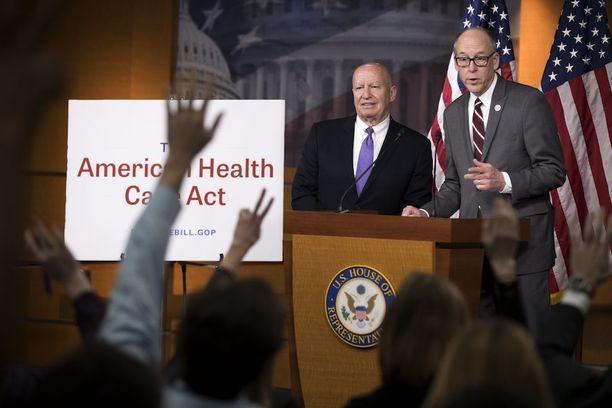 Republikaanien Greg Walden ja Kevin Brady vastaavat terveydenhuoltouudistusta koskeviin kysymyksiin medialle Washingtonissa tiistaina.