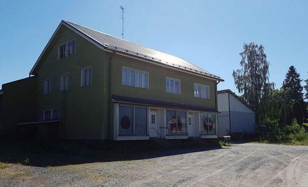 Surmateko tapahtui teräaseella viime perjantaina kello 20.45 Stormintiellä sijaitsevassa asuinrakennuksessa, joka on ollut entinen kyläkauppa.