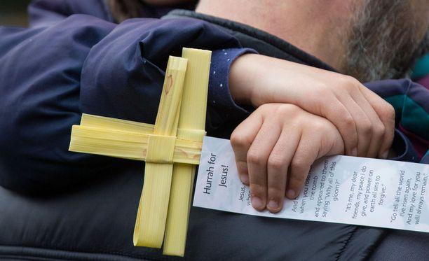 Jehovan todistajien oikeuskomiteat kuulustelevat syntiä tehneitä seurakuntalaisia. Seurakunnan mukaan tavoite on auttaa seurakuntalaista. Kuvituskuva.
