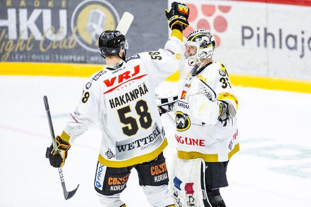 Jani Hakanpää (vas.) jättää Kärpät. Veini Vehviläisellä on sopimus Ouluun, mutta NHL-paperi Columbuksen kanssa on mahdollinen.