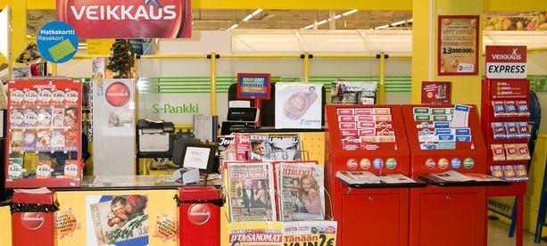 Kaupan kassalla työskennellyt nainen ehti pelata Veikkauksen pelejä 95 000 eurolla ennen kiinni jäämistään. (Kuvan kauppa ei liity tapahtumiin.)