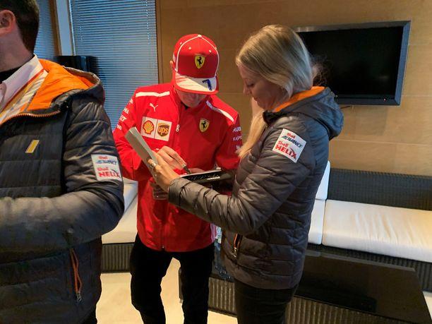 Kimi Räikkönen jakoi nimikirjoituksia Shellin tapahtumassa.