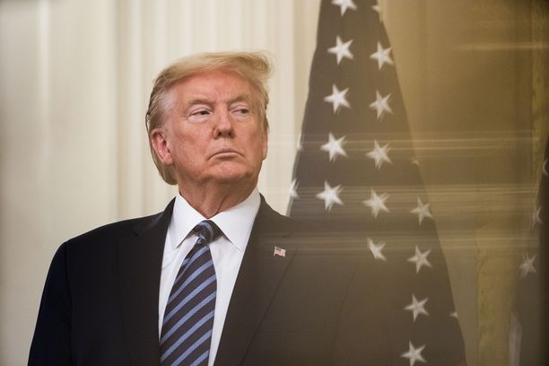 Donald Trump lopetti päivittäiset koronavirustiedotustilaisuudet, mutta antaa haastatteluja Valkoisessa talossa.