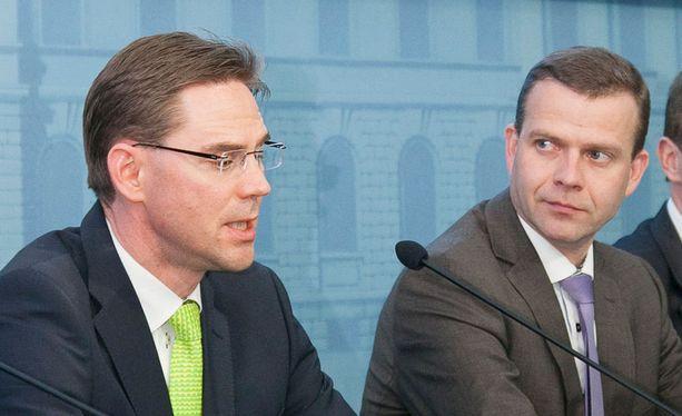 Jyrki Katainen (vas) suhtautuu empien Petteri Orpon ehdotukseen EPP:n kärkiehdokkuudesta.
