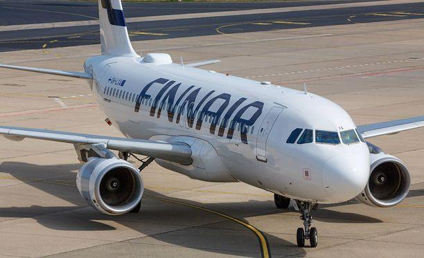 Helsingin Sanomat uutisoi torstaina, että Finnairin henkilökunnan päihteiden käytön epäillään olevan paheneva ongelma lentoyhtiössä. Finnairilla on nollatoleranssi alkoholinkäyttöön. Yhtiö ei kuitenkaan suorita rutiinipuhallutuksia lentohenkilöstölle ennen lennoille lähtemistä.
