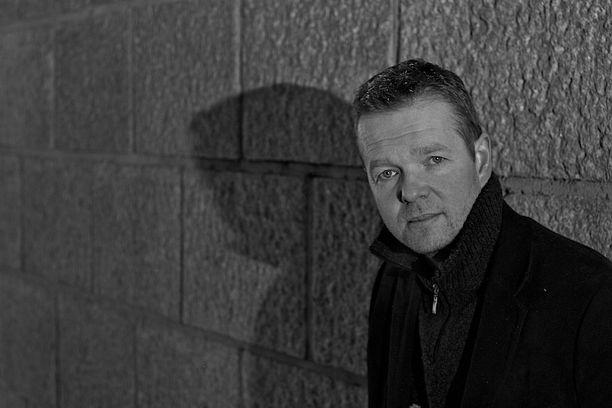Christian Rönnbacka on Keravalla asuva entinen poliisi ja nykyinen vakuutusetsivä. Aiemmin Rönnbacka on kirjoittanut komisario Antti Hautalehdosta kertovaa dekkarisarjaa.