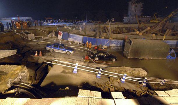 Useita autoja ja bussi putosi romahduksesta syntyneeseen kuiluun.