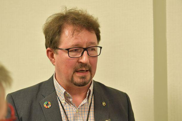 THL:n Mika Salminen toteaa, että tautiketjujen jäljitykseen tarvitaan lisää työntekijöitä.