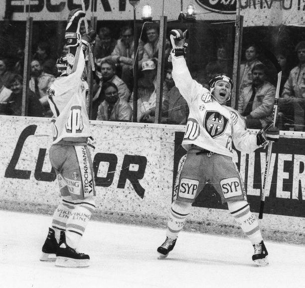 Timo Suden (oik.) tuuletus ja Tapparan Apu-paita olivat tuttu juttu 80-luvun liiga-askeissa.