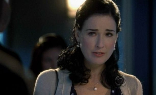 Päivällä rikosoikeudesta kiinnostunut opettaja Ellen Whitebridge...