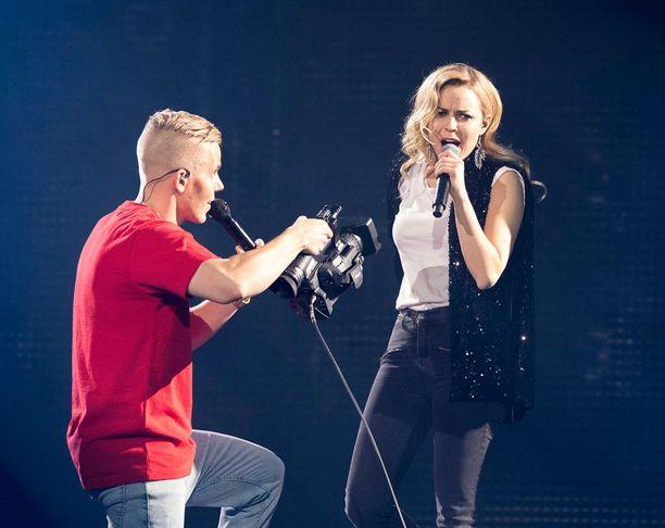 Elastinen ja Paula Vesala esittivät yhdessä Oo siellä jossain mun- ja Sori-kappaleet.