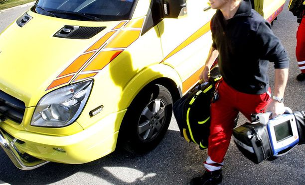 Uhri menehtyi pelastajien käsiin. Kuvituskuva Lapin pelastuslaitoksen ambulanssista Rovaniemeltä.