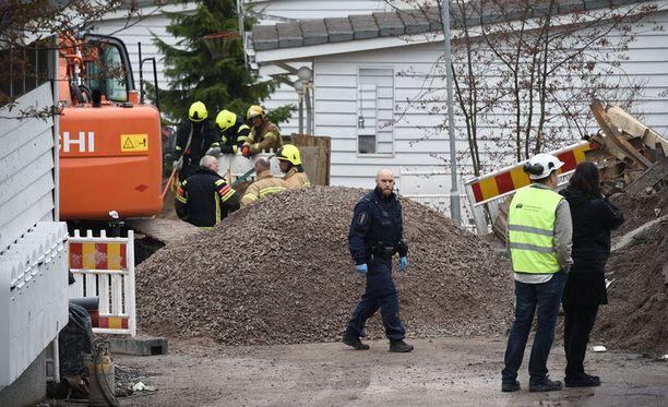 Miehet työskentelivät noin kolme metriä syvän kaivannon pohjalla, kun noin kuutiometri maata sortui heidän päälleen.