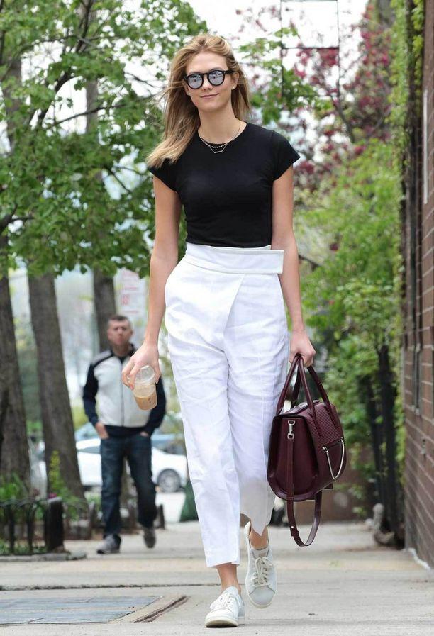 Lyhyet t-paitahihat ja holkkihihat eivät imartele paksuja käsivarsia. Karlie Klossilla tämä paita sen sijaan toimii.