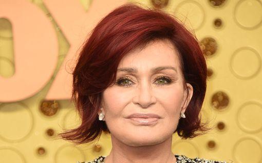 """Sharon Osbourne ei kadu lukuisia kauneusleikkauksiaan – puolustaa plastiikkakirurgiaa: """"Jos sinulla on rahaa, muuta ulkonäköäsi!"""""""