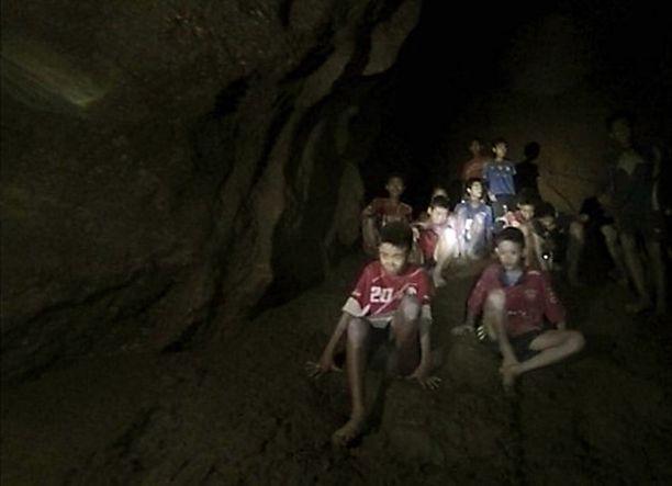 11-16 -vuotiaat pojat ja heidän 25-vuotias valmentajansa ovat olleet luolassa loukussa 13 päivää.