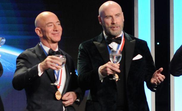 Jeff Bezos (vas.) ja näyttelijä John Travolta vuosittaisessa ilmailualan gaalassa Kaliforniassa 18.1.2019. Avioerostaan huolimatta hyvällä tuulella olleen Bezosin kummassakaan kädessä ei näkynyt vihkisormusta.