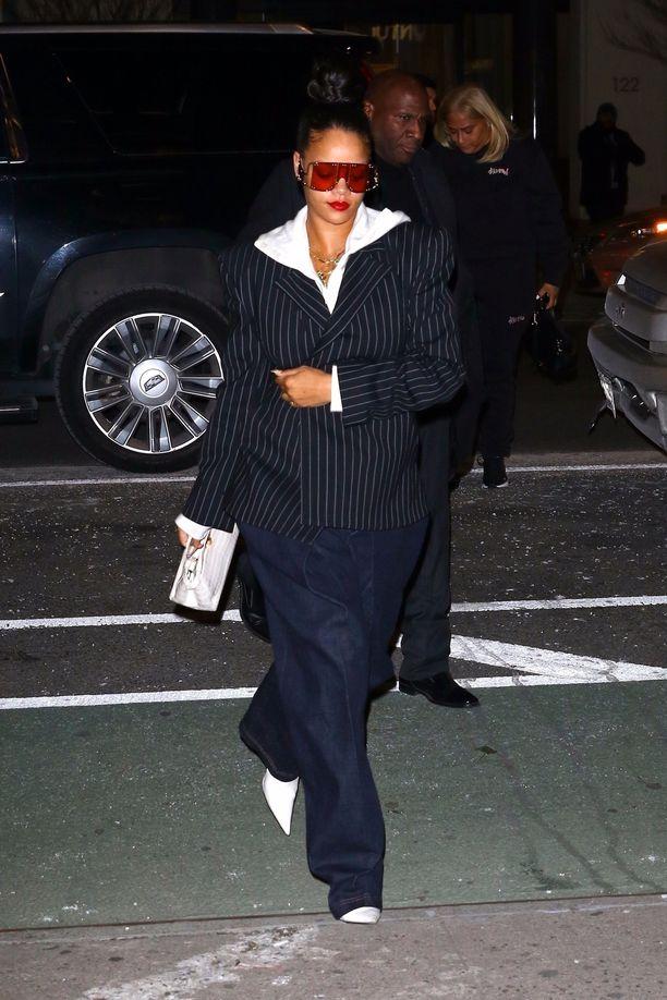 Rihanna luotti jälleen suomalaiseen suunnitteluun. Skarppi jakku tasapainotti kokonaisuutta rentojen farkkujen kanssa.