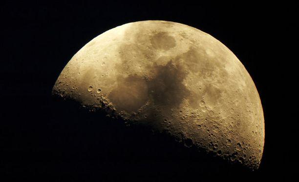 Asteroidi siintää maapallon vierestä siten, että Kuukin jää kauemmaksi.