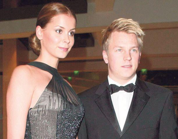 Jenni Dahlman-Räikkönen saapuu Linnan juhliin Muurimäen puvussa. Kimi Räikkösellä on seuraavana päivänä juhlatilaisuus Monacossa.