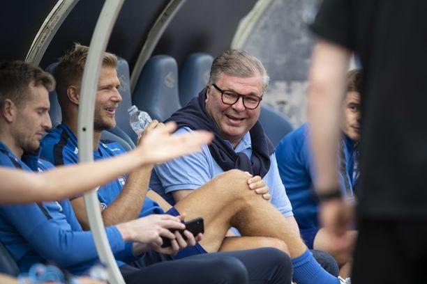 Palloliiton puheenjohtaja Ari Lahti jutteli toppari Paulus Arajuuren kanssa Huuhkajien harjoituksissa Ateenan olympiastadionilla.